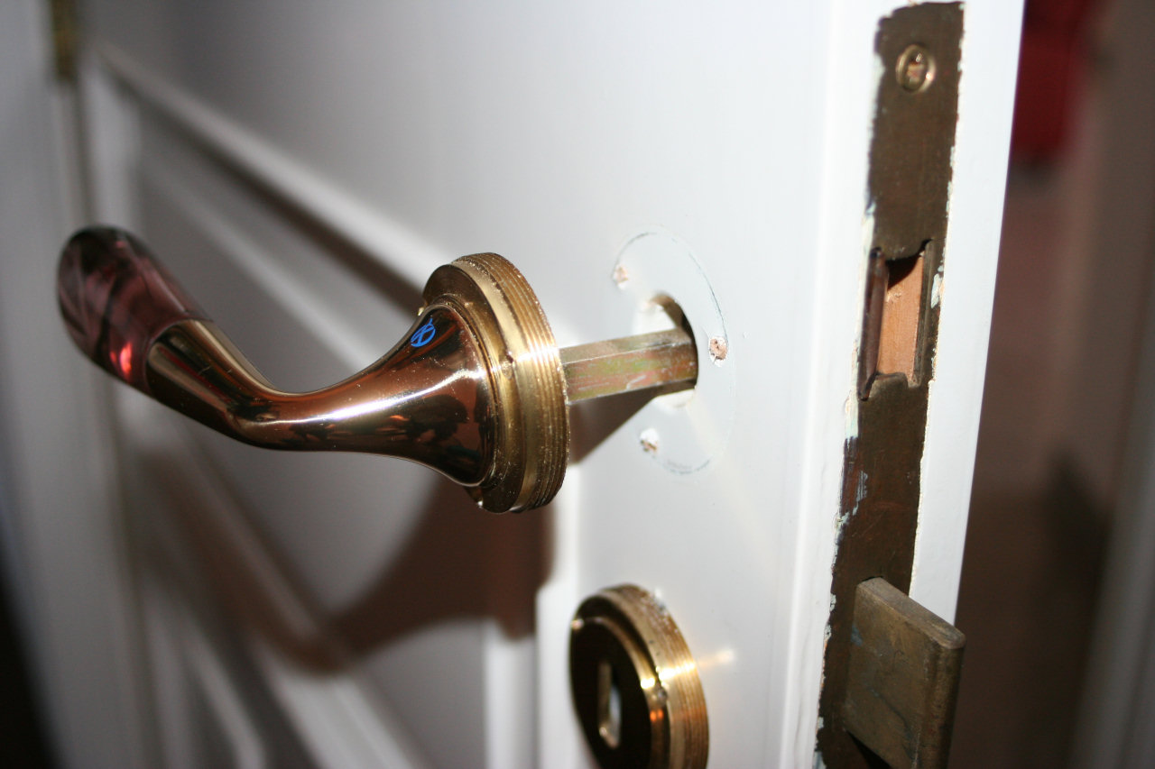Cambiare la serratura ad incasso di una porta interna for Estrarre chiave rotta da cilindro