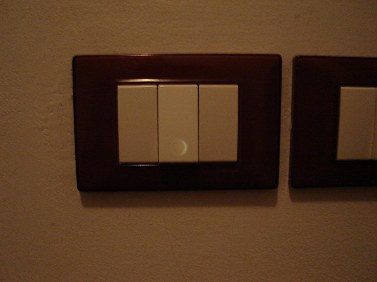 Illuminare un interruttore di casa con un led for Luce a led per casa